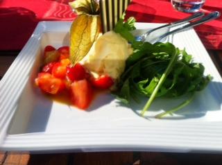 Dessert mit mariniertem Rucola