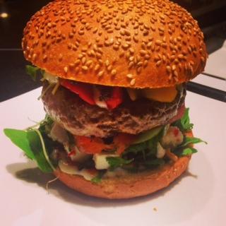 The Lamb Burger - Lamm, Feta, Minze, Chilli, Oliventapenade, Tomate, Gurke, Gemüsepaprika, Vollkorn Bun