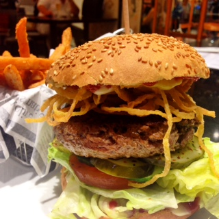 Le Classique - Black Angus Beef, Eisbergsalat, Tomate, Zwiebeln, Ketchup & Senf, Delikatessgurke, Classic Bun