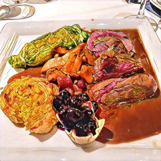 Rosa gebratenes tranchiertes Filet vom Rothirsch, Wacholderrahmsauce, Heidelbeerpastetchen, Ragoût von Pfifferlingen und Schalotten, gefülltes Wirsingkohl-Bonbon, Kartoffel-Blätterteigspirale