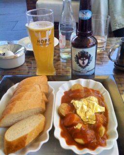 Currywurst mit Blattgold und ein eisgebrautes Weißbier